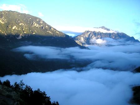 彝谚说,凉山有三重屏障,就是高山,密林,大江,形成自然的封闭.